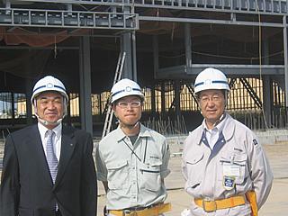 左から、中山社長、横山さん、杉野森所長
