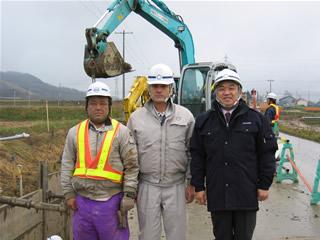左から松原設備工業の三浦さん、石井係長、中山社長