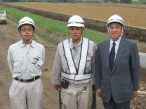 左から遠藤さん、新入社員の岩田さん、中山社長