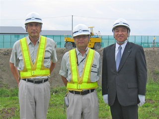 左から政田所長、田中 秀幸さん、中山社長