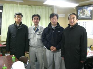 市川マンション 左より、加藤支店長、鈴木さん、伊藤所長、中山社長