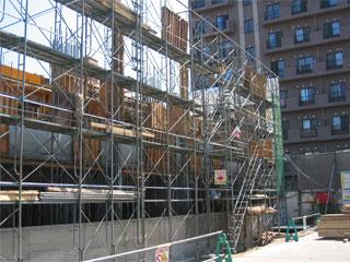 建設現場の周辺にマンションが複数あります