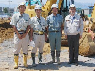 左から泉さん、船木所長、 新成建設(株) 加藤さん、中山社長