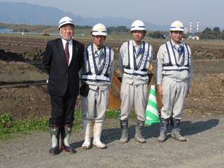 左から、中山社長、鉢呂技術員、渡邊主任、斉藤課長
