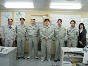 左から 中山社長、佐藤正さん(ハザマ)、海老子川さん(ハザマ)、岡本さん、太田さん(ハザマ)、小田桐さん、池田さん(事務員) この他にお二人(ハザマ)が勤務されています。