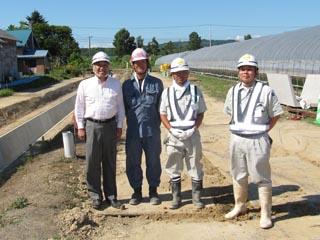 左より、中山社長、協力会社の増友土木の増井専務、 田中係長、中村現場代人