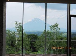 前回見ることのできなかった羊蹄山が、 室内からはっきり見えました。