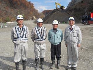 左から 荒係長、上村係長、 ㈱三和日成 平村専務、中山社長