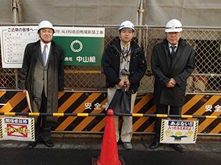 左より、中山社長、川上係長、木下建築次長