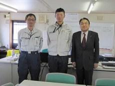 左より川西係長、佐々木君、中山社長