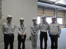 左から田中主任、吉田係長、㈱クワザワ工業の川守田さん、井上係員、中山社長
