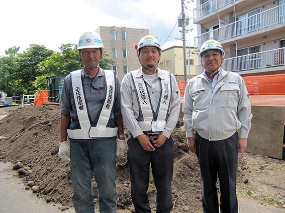左から新成建設㈱ 松浦さん、泉主任、中山社長