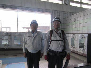 左から中山社長、佐藤係長(撮影場所:男湯の洗い場)