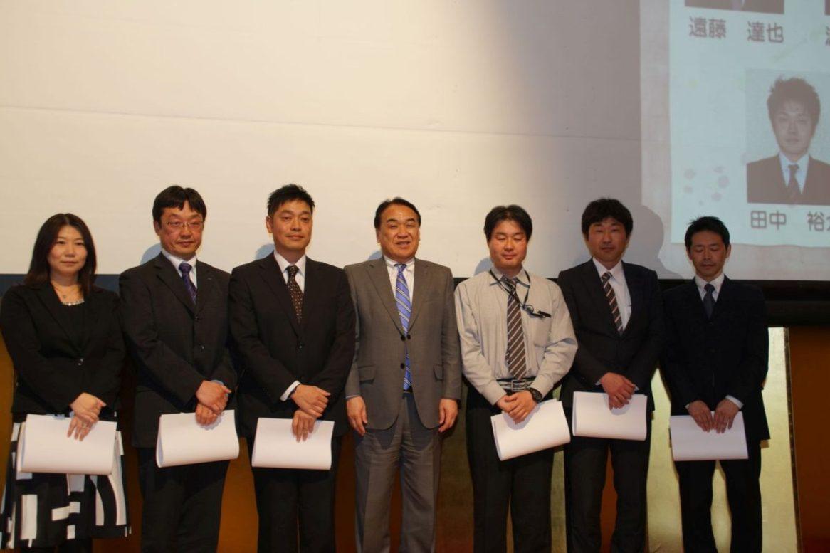 20年勤続表彰を受けられた皆さん(社長を囲んで左から今主任、田辺主任、田中主任、川嶋係長、渡邊係長、遠藤係長)