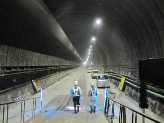 現場の様子(トンネルの断面積は72m2、幅10m弱)