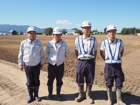 左から、中山社長、中村所長、平野さん、新入社員の宮津君