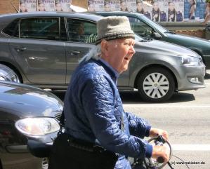 Alter Mann auf den Rad