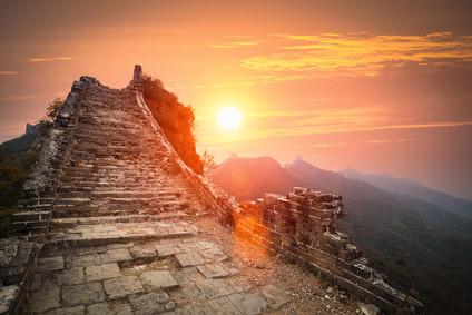 """Ruinen der """"Großen Mauer"""" im Sonnenuntergang"""