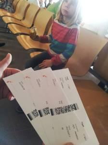 Tickets in der Hand