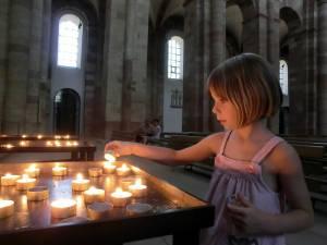 Im Dom von Speyer, Kind mit Kerze