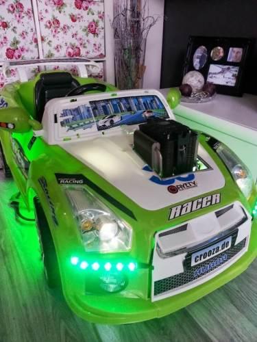 PC in einem Kinder-Rennwagen
