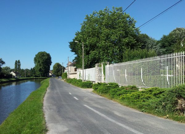 Chateau am Kanal der Saine