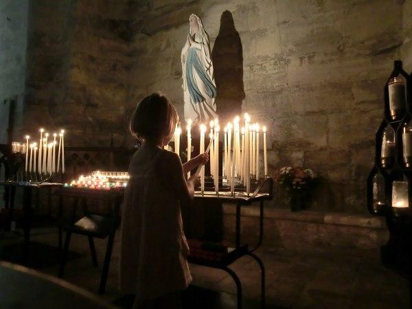 Kerze für Oma entzünden