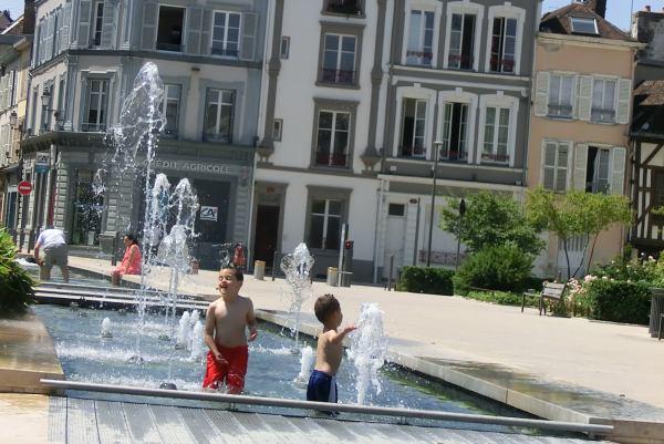 Kinder spielen im Brunnen
