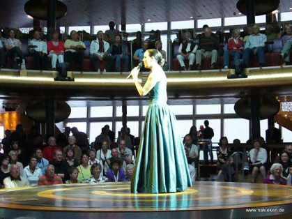 Sängerin auf der Bühne
