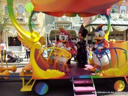 parade mit Mickey und Mini Maus