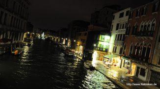 Nächtliche Wasserwege im Venedig