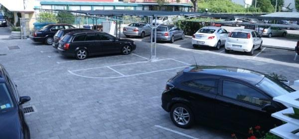 Der schattige Hotelparkplatz