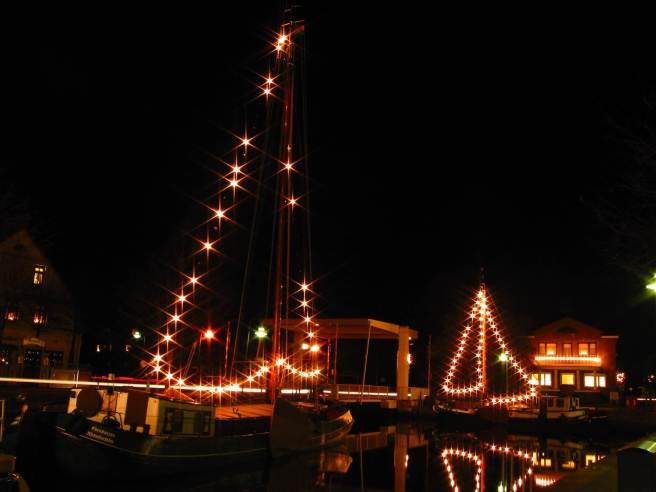 Leuchtende Schiffe in Rhauderfehn
