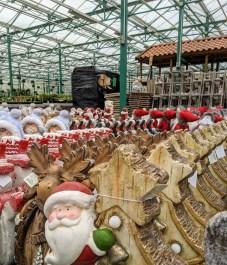 viel weihnachtliche Gartendeko
