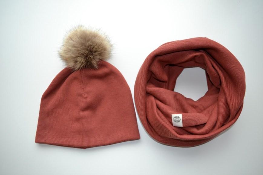Moteriška megzto trikotažo kepurė su Pom Pom'u