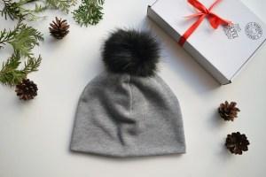 Pilka trikotažinė kepurė su bumbulu