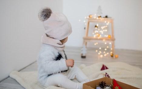 Šviesi šilta žieminė kepurė su dirbtinio kailio bumbulu