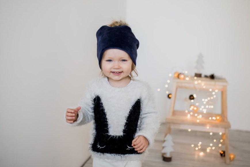 Mėlyna moteriška kepurė su bumbulu žiemai
