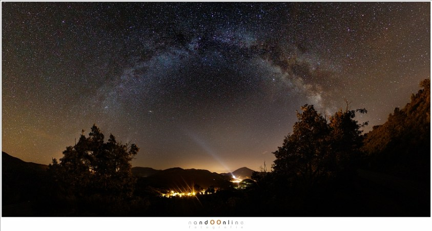 Panorama van de Melkweg boven het dal van Castellane. (10 afzonderlijke opnames samengevoegd)