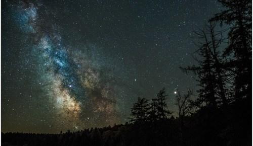 De Melkweg in al haar pracht, gefotografeerd vanuit een bijzonder donkere locatie. (31mm brandpunt ISO6400 - f/2,8 - 15 sec)