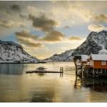 Rorbuer in de baai van Sakrisøy