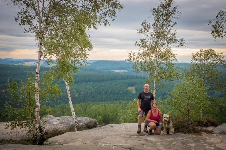 Samen boven op een van de prachtige rotsen, met een grandioos uitzicht.