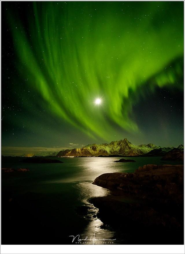 De Maan en het Noorderlicht samen aan de hemel