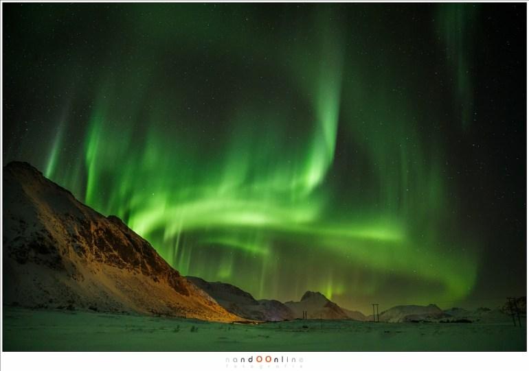 Nedredal, tussen Vikjorden en Valberg, waar het Noorderlicht tussen de bergen danst (24mm - ISO3200 - f/2,8 - 4 sec)