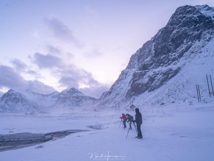 In de verse sneeuw op het strand van Skagsanden