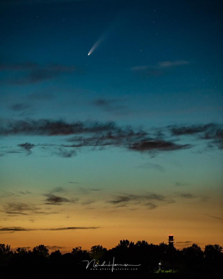 De komeet NEOWISE op de foto, met het laatste licht van de avondschemering