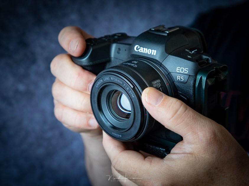 De RF50mm f/1,8 in de hand