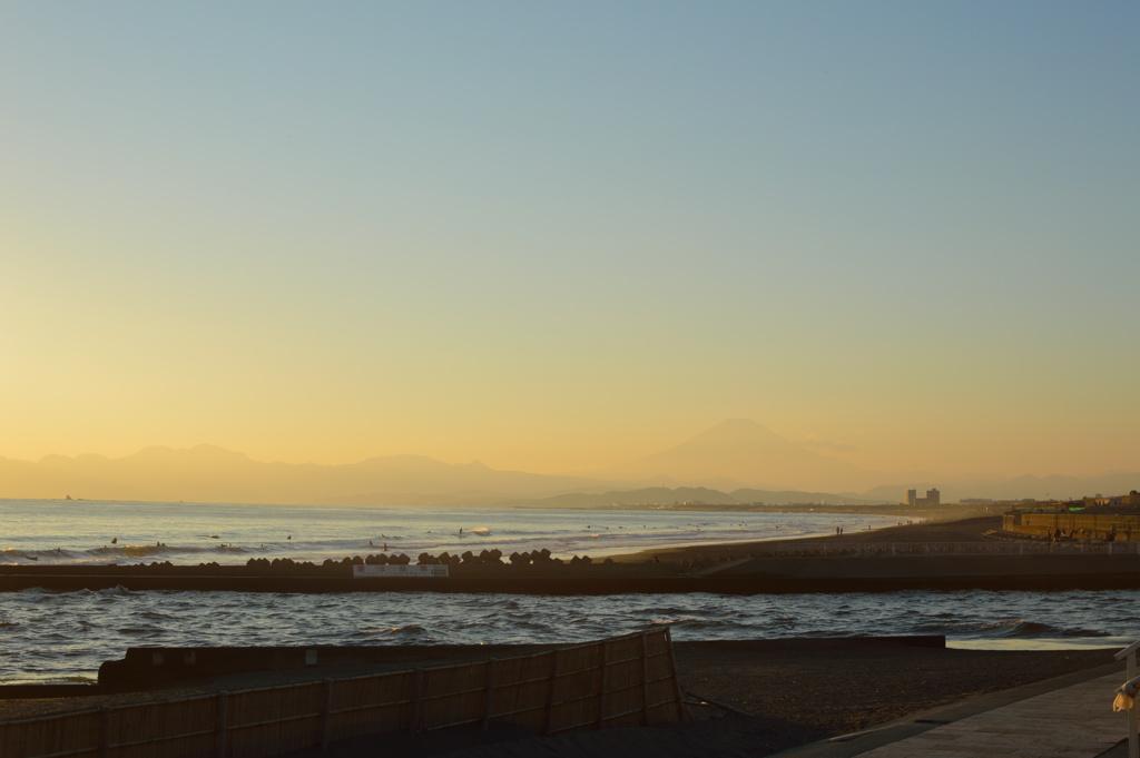 A hazy dawn photo of Mount Fuji seen along the Shonan coastline