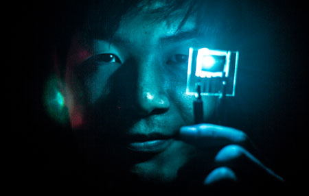 Jaesang Lee, Electrical Engineering PhD Student, demonstrates use of blue PHOLEDs
