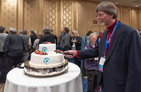 President Gordon Illg cuts into NANPA's 25th birthday cake at the close of the Summit.